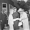 Koningin Juliana bezocht Rekkense Inrichting Hare Majesteit krijgt bloemen van D, Bestanddeelnr 917-8323.jpg