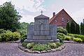 Kriegerdenkmal vor der Kirche in Gilten IMG 9387.jpg