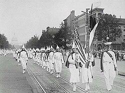 ペンシルベニア通り(ワシントンD.C.)を行進するKKKメンバーら。1928年撮影
