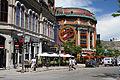 L'ancien immeuble du YMCA, le cabaret du Capitole et le Capitole à Place d'Youville, Québec.jpg