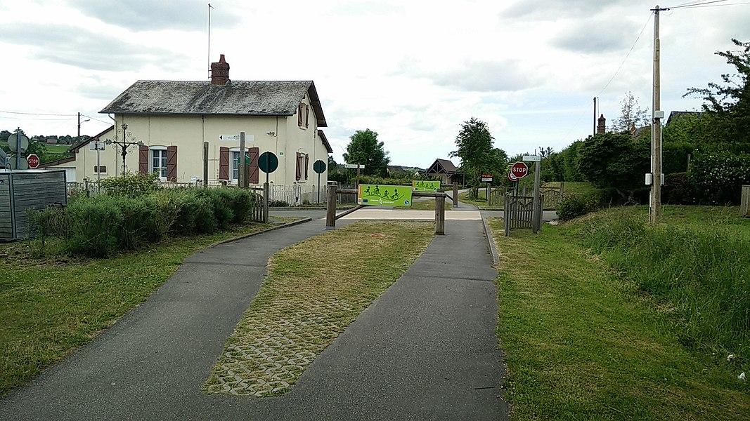 L'avenue verte - Ancien passage à niveau - Neuville-Ferrières