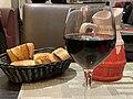 Le Venezia (rue Corbineau, Paris), verre de chianto et panière de pain.jpg