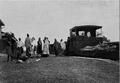 Le chemin de fer de Kayes au Niger Vendeurs pres dy train a une halte.png