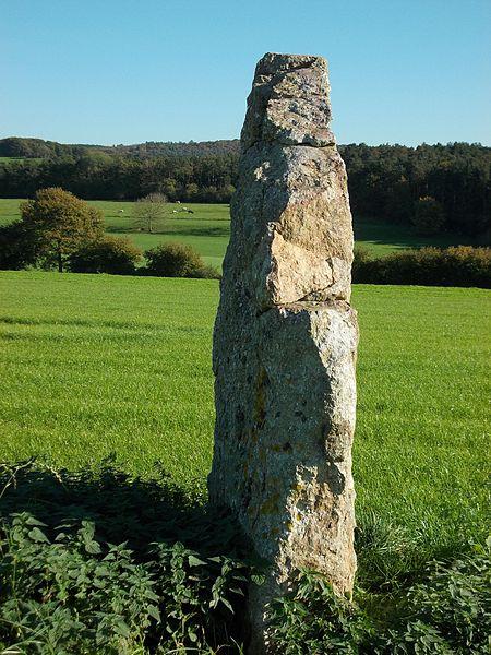 De menhir van Ozo, gezien vanuit het zuidwesten