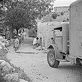 Leden van de israelische medische dienst Magen David met transportwagen in een …, Bestanddeelnr 255-0956.jpg