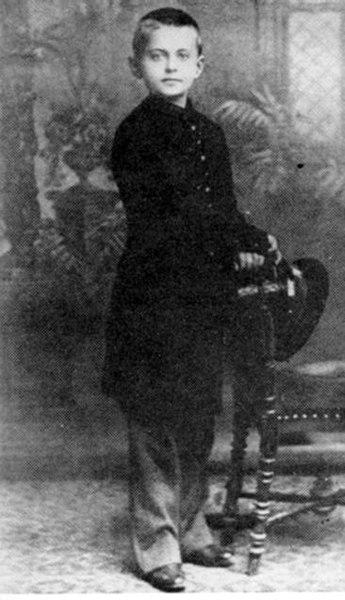 León Trotski, en una fotografía tomada en 1888, a los 8 años de edad.