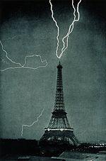 I fulmini colpiscono la Tour Eiffel di Parigi nel 1902