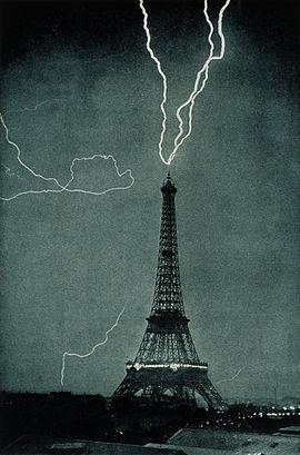 Éclair frappant la Tour Eiffel en 1902