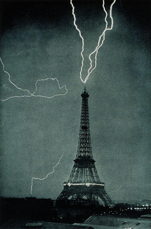 Éclairs frappant la Tour Eiffel à Paris (juin 1902). (définition réelle 1072×1624 *)