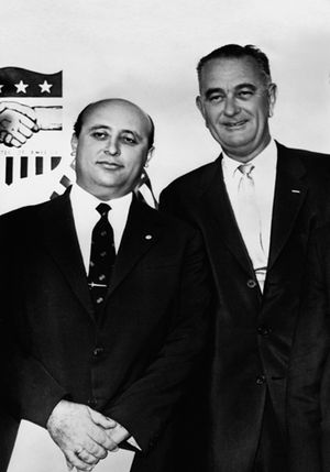 Süleyman Demirel - Vice President Lyndon Johnson and Süleyman Demirel at a ceremony honoring the United States Agency for International Development (August 28, 1962).