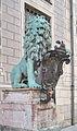 München, Residenz, Bronzelöwe 02, Iustitia - SUPERA SIMUL ET INFERA.jpg