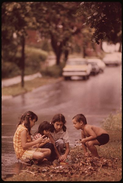 File:MULKY SQUARE AREA CHILDREN PLAYING IN ROADSIDE TRASH WITHIN FIVE BLOCKS OF THE AREA ARE A PARK AND RECREATION AREA... - NARA - 553507.jpg