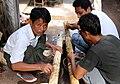 Mandalay-Jademarkt-58-Polierer-gje.jpg
