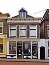 foto van Huis met gevel met rechte kroonlijst en gewijzigde onderpui