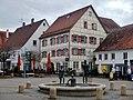 Marktplatz mit Brunnen Badende (Künstler Bernd Sauter) und Gaststätte Radstube und Bar 14 - panoramio.jpg