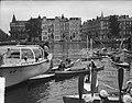 Meisjes padvindsters brengen vanuit hun boten een groet aan Lady Baden-Powell di, Bestanddeelnr 906-6736.jpg