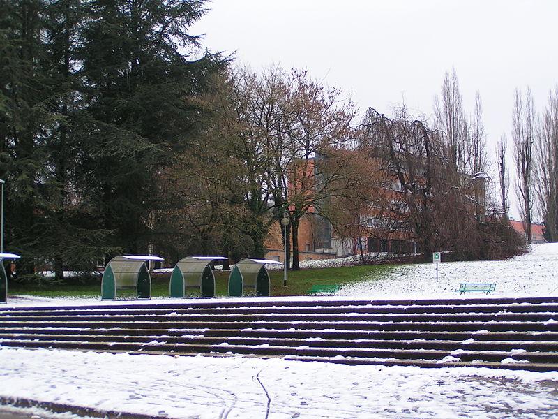 Montée de l'UFR-ST, à l'entrée sud du domaine universitaire de Besançon (Doubs, France).