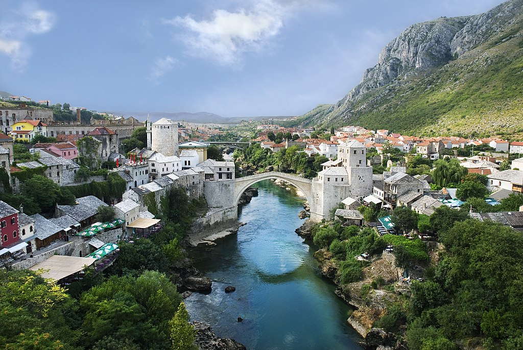 La vieille ville de Mostar et le Stari Most («Vieux Pont») sur la Neretva, en Bosnie-Herzégovine. Détruit pendant la guerre de Bosnie-Herzégovine en 1993, le Stari Most a été reconstruit en 2004.  (définition réelle 2390×1600)