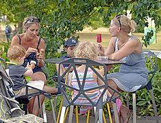 Deux femmes et trois femmes assises et mangeant des glaces