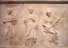 Trois Muses Sur Un Bas Relief De Mantinee Attribue A Latelier De Praxitele Iv Siecle Av J C