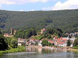 Ansicht von Neckarsteinach mit Mittelburg (links) und Vorderburg (Mitte)