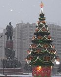 New Year tree and Lenin statue in Moscow.JPG