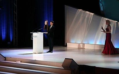 Nikolaus Habjan mit Elfriede-Jelinek-Handpuppe und Sunnyi Melles - Nestroy-Theaterpreis 2013 b.jpg