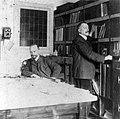 Oscar Leeuw (28-7-1866 - 16-2-1944) (links) en zijn broer Henri Leeuw Jr. (7-10-1861 - 12-6-1918) (rechts) in het souterrain van hun woonhuis, tevens architectenbureau.jpg