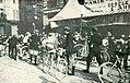 Paris-Bruxelles 1908, le contrôle des coureurs à Reims (et le vélo du vainqueur Petit-Breton à l'extrême droite).jpg