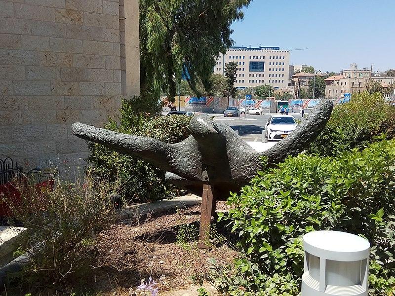 פסל של חנה אורלוף