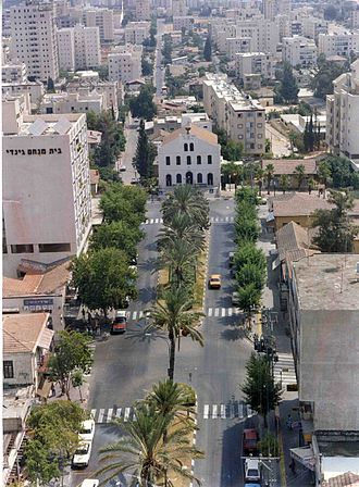 Rishon LeZion - Rishon LeZion in 1995, with Founders Square and the Great Synagogue in the foreground