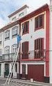 Pintor en la calle de San Pedro, Angra do Heroísmo, isla de Terceira, Azores, Portugal, 2020-07-25, DD 07.jpg