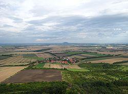 Pohled z Hazmburku, Slatina v pozadí Říp.JPG