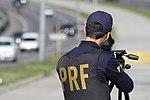 Policiais rodoviários federais operam radar móvel na Linha Verde, em Curitiba (29099445831).jpg