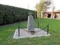 Pomník označoval místo hromadného hrobu 30 rakouských a 10 pruských vojáků jakož i dvou milosrdných sester.jpg