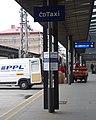 Praha hlavní nádraží, ČD Taxi, PPL a nádražní vozík.jpg