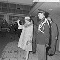 Prinses Beatrix naar Japan Prinses Beatrix wuift de auto na van de vertrekkende, Bestanddeelnr 914-9901.jpg