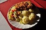 Rántott csirkemell krumplipürével és salátával.jpg