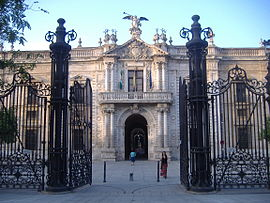 Fachada principal de la Real Fábrica de Tabacos, edificio industrial sevillano del siglo XVIII.