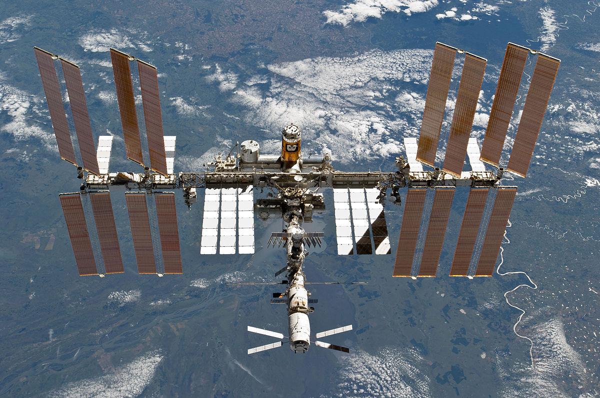 Die ISS am 7. März 2011, aufgenommen aus dem Space Shuttle Discovery.