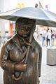 Sculpture Zwei Leute im Regen Ulrike Enders Georgstrasse Hanover Germany 01.jpg