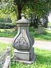 foto van Lichtenbeek: Natuurstenen siervazen op gemetselde voet in Lodewijk XV-vormen