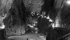 シュコツィアン洞窟内のレーカ川
