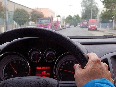 Momentaufnahme beim Autofahren image source