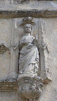 Statue de Sainte-Honorine sur l'église de Corbeil-Cerf.JPG