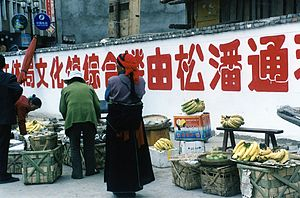 Songpan County - Image: Street peddlers in Songpan city Sichuan 2002