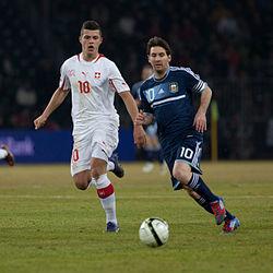 Messi (derecha) disputando el balón con Granit Xhaka durante un amistoso  internacional entre Suiza y Argentina el 29 de febrero de 2012. 14d4f13d361
