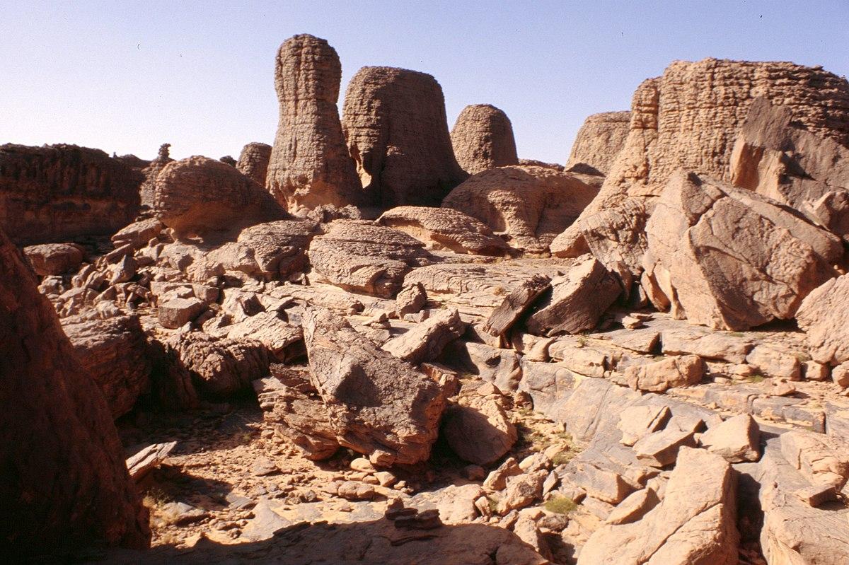 [Obrazek: 1200px-Tassili_rocks.jpg]