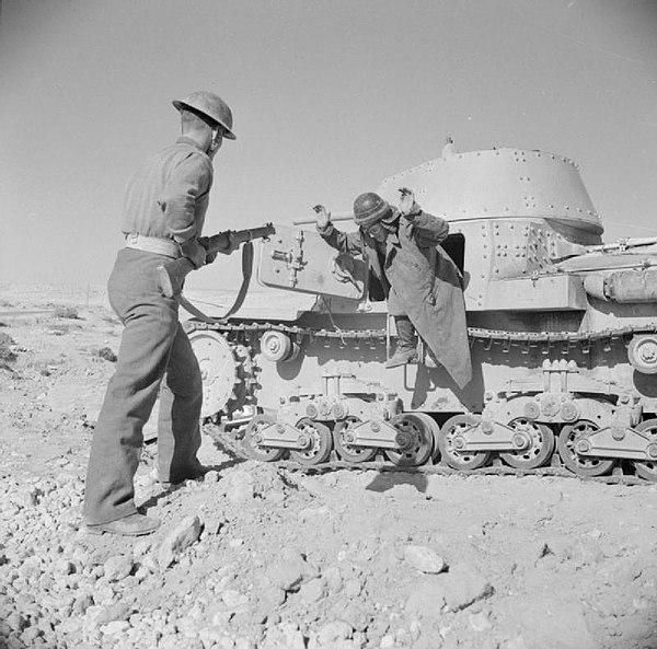 Italienska soldater ger upp sin pansarvagn till britterna