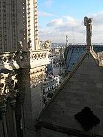 Tour et toit de la cathédrale de Notre-Dame de Paris.jpg